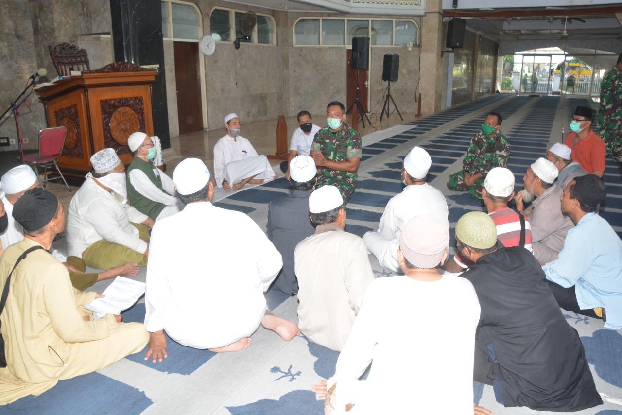 DANREM 162/WB saat berdialog dengan Jamaah Tabligh Klaster Gowa di Masjid Raya At-Taqwa, Kota Mataram, Kamis (16/4/2020). Foto: Ist