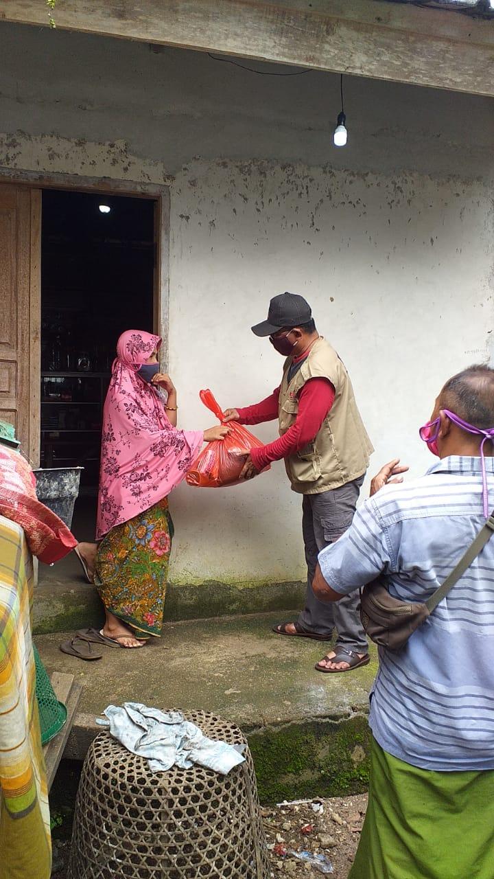 BAGUNA PDIP Lobar yang diwakili Sardian saat membagikan bingkisan untuk keluarga majelis taklim eks Gowa di Kecamatan Lingsar. Foto: fahrul
