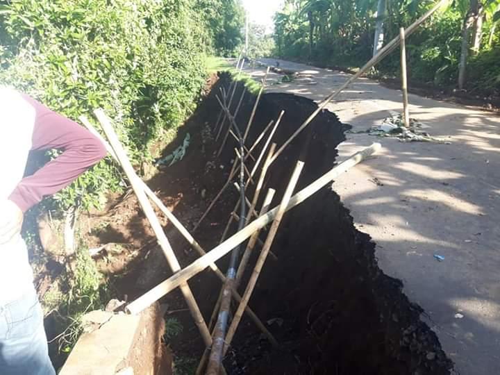 KONDISI sebagian badan jalan utama di Desa Panji Anom yang amblas. Foto: rik
