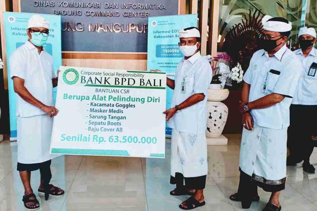 DIRUT Bank BPD Bali, I Nyoman Sudharma secara simbolis menyerahkan bantuan APD yang diterima Wakil Bupati Badung, I Ketut Suiasa, Rabu (22/4/2020). Foto: ist