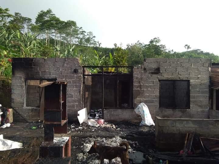 KONDISI rumah Armika di Desa Tegallinggah yang ludes terbakar. Foto: Ist