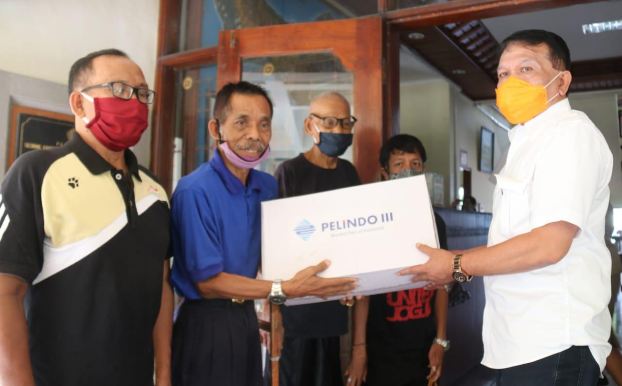 KADIS Sosial Pemberdayaan Perempuan dan Perlindungan Anak (Dinsos P3A) Provinsi Bali, Dewa Gede Mahendra Putra, menyerahkan sebanyak 261 paket bahan pokok kepada para atlet disabilitas yang tergabung dalam National Paralympic Committee (NPC). Foto: ist