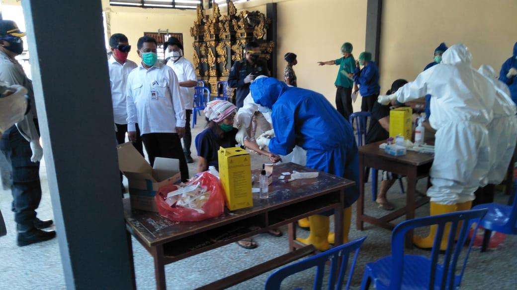 TIM medis saat melakukan tes cepat terhadap sejumlah warga secara acak di Desa Bondalem, Buleleng. Foto: rik