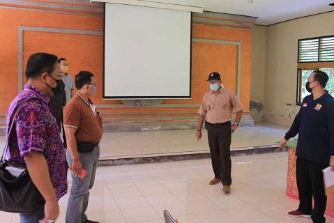 WABUP Made Kasta melakukan pengecekan terhadap sejumlah tempat karantina untuk PMI di Klungkung, Selasa (14/4/2020). Foto: baw