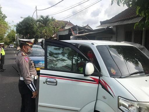 BELASAN kendaraan roda empat yang mengangkut pemudik terpaksa diminta berbalik arah dan kembali ke kediamannya di Bangli saat melintas di Jalan Ir. Soekarno, perbatasan Bangli-Gianyar. Foto: gia