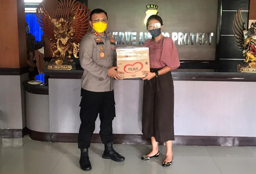 ANGGOTA - Komisi I DPRD Tabanan, Ni Luh Wayan Dewi Marheni, menyerahkan bantuan berupa 600 masker untuk anggota Polres Tabanan yang diterima Kapolres AKBP Mariochristy Panca Sakti Siregar, Selasa (14/4/2020). Foto: gagah