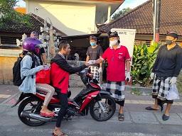 SATGAS Gotong Royong Covid-19 Desa Padangsambian Klod, melaksanakan pengawasan dan penertiban bagi masyarakat yang memasuki kawasan Desa Padangsambian Klod di beberapa pintu masuk, Minggu (26/4/2020). Foto: ist