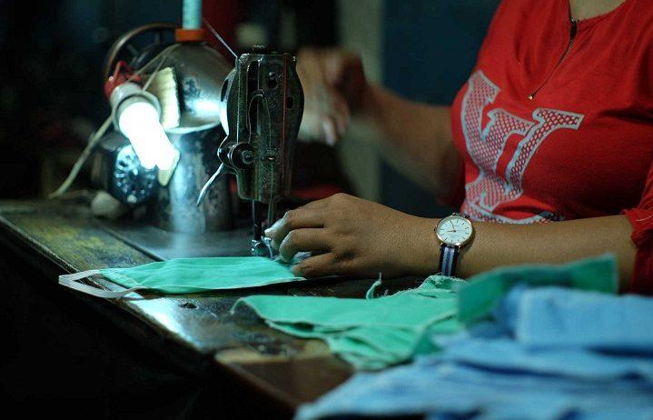 PENJAHIT memproduksi masker. Pademi Covid-19 membuat usaha jahit pakaian beralih memproduksi masker kain. Foto: internet
