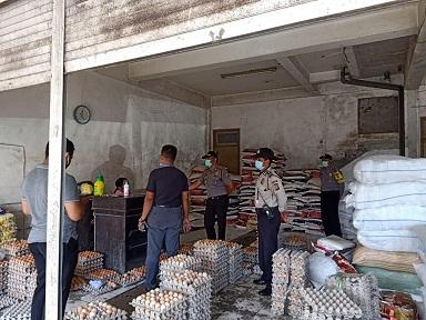 PETUGAS kepolisian dari Polsek Susut melakukan pemantauan atau monitoring di Pasar Rakyat Kayuambua, Selasa (7/4/2020). Foto: gia