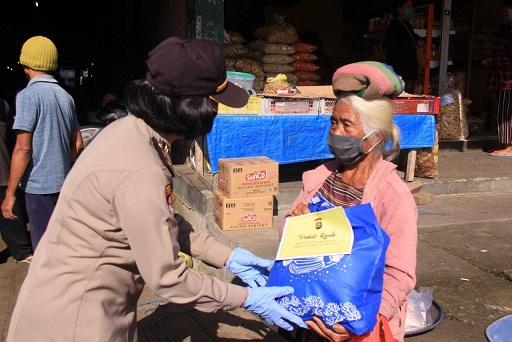 POLWAN Polres Bangli didistribusikan bantuan sembako di Pasar Kayuambua, Kamis (16/4/2020). Foto: gia