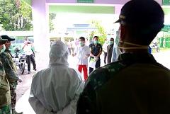 BUPATI Klungkung, I Nyoman Suwirta, meninjau pembuatan ruang isolasi di basement RSUD Kabupaten Klungkung, Minggu (5/4/2020). Foto: ist
