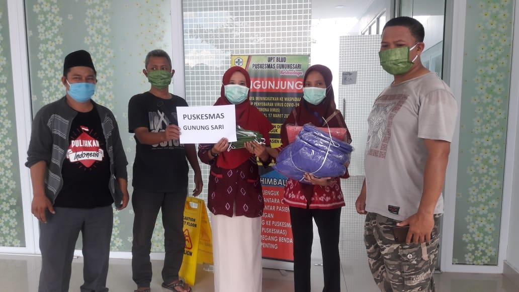 RELAWAN Covid-19 saat membagikan bantuan APD bagi tenaga medis di Puskesmas Gunungsari, Lombok Barat. Foto: fahrul