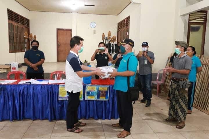 BUPATI Klungkung, Nyoman Suwirta bagikan masker ke masyarakat di Kecamatan Dawan. Akibat Covid-19, 10.517 tenaga kerja di Klungkung dirumahkan dan 817 orang lainnya dipastikan telah di PHK. Foto: ist
