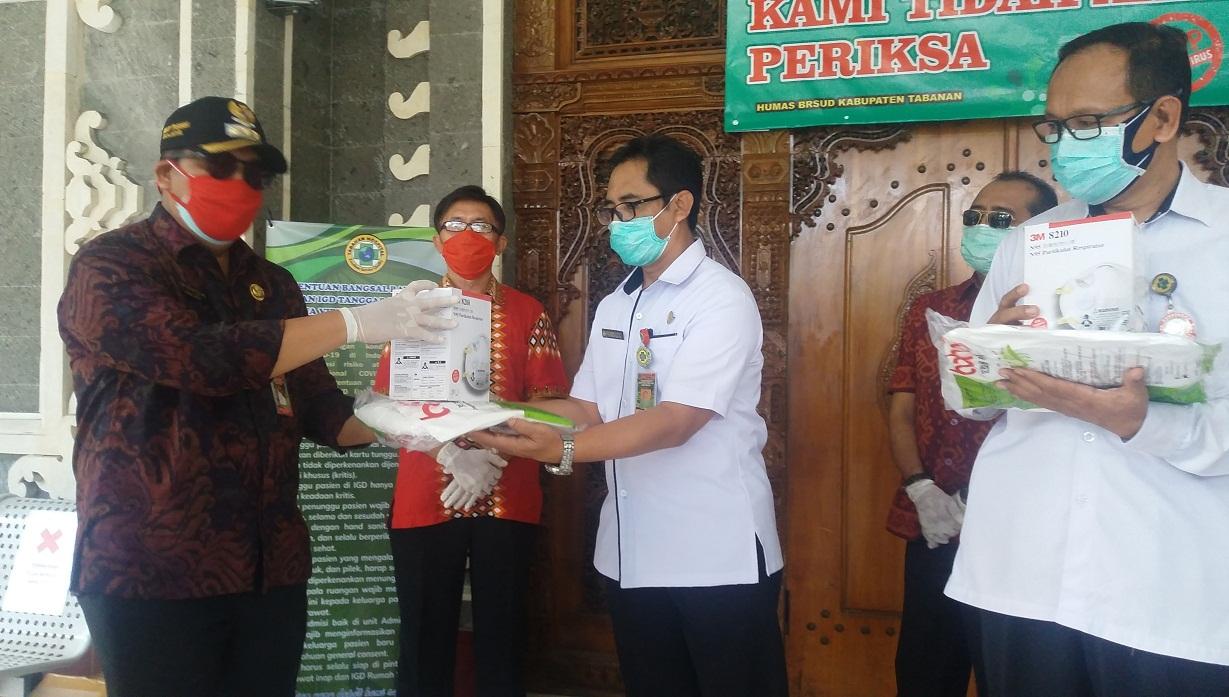 WABUP Tabanan I Komang Gede Sanjaya saat menyerahkan APD kepada petugas medis di BRSU Tabanan, Rabu (15/4/2020). Foto: gap