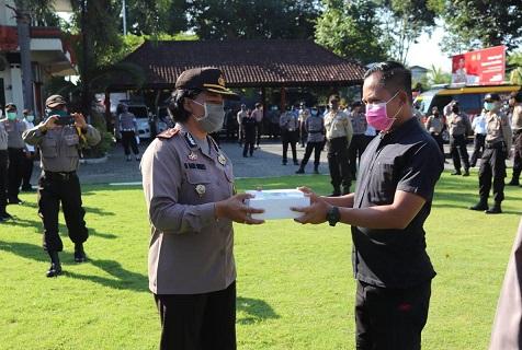 MENCEGAH dan menyelamatkan masyarakat dari pandemi virus Corona, Wakapolres Tabanan Kompol Ni Made Sukerti membagikan masker bantuan dari Pemkab Tabanan kepada masyarakat, Senin (13/4/2020). Foto: gah