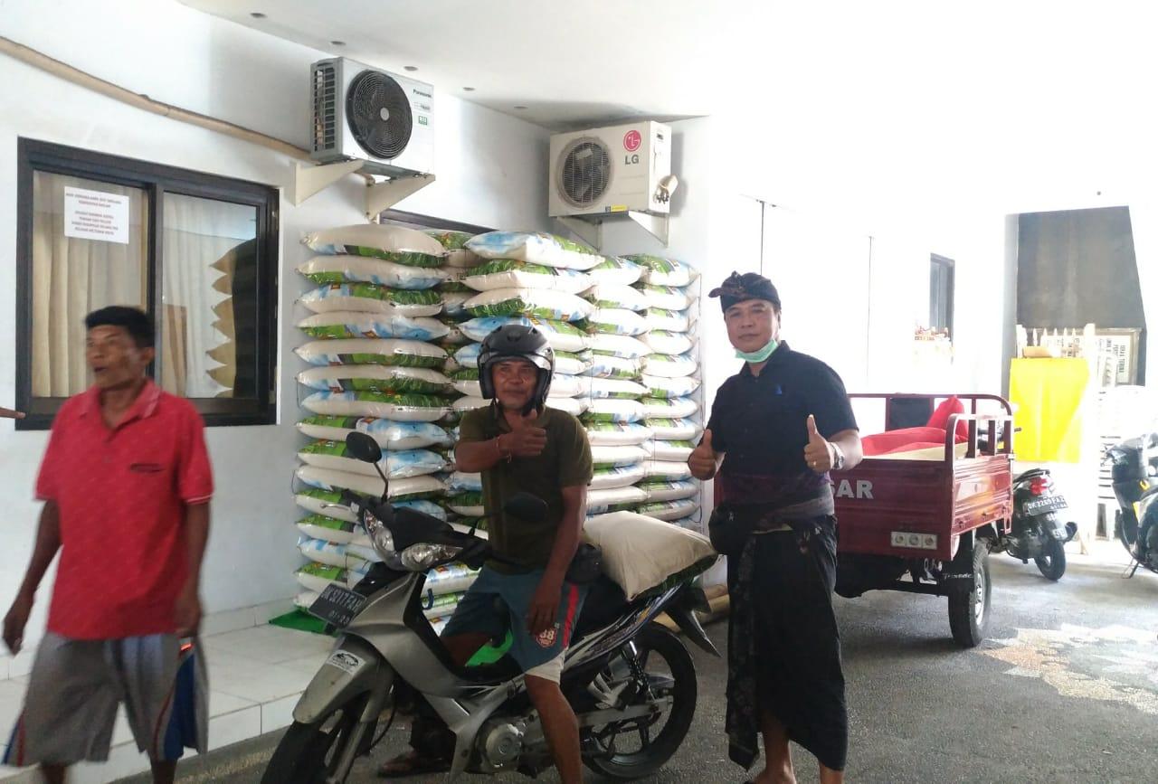 KLIAN Banjar Adat Tuban Griya, Wayan Sukalila, saat menyerahkan bantuan beras kepada krama adat Banjar Tuban Griya. Foto: gay