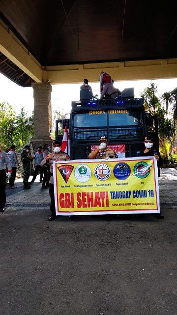 PENYEMPROTAN disinfektan keliling di Desa Peguyangan Kangin bekerjasama dengan BPD GBI Bali-NTB dibawah pimpinan Pdt. Eldy Rachmad Tedja, M.Th., Sabtu (4/4/2020) dengan bantuan kendaraan dari Brimob Polda Bali. Foto: ist