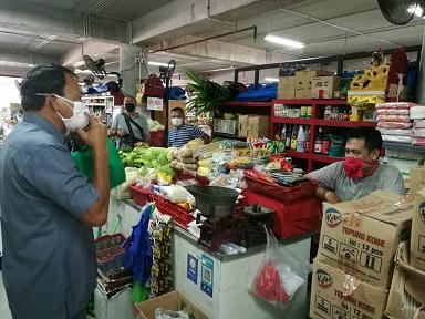 KADIS Perindag Provinsi Bali, Wayan Jarta saat turun ke Pasar Badung, Senin (6/4/2020). Foto: ist