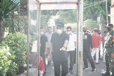 WAKIL Walikota Denpasar, IGN Jaya Negara, meresmikan pengoperasian sterilization chamber (bilik antiseptik) bantuan CSR dari PT Pelindo III Cabang Benoa serta pengusaha yang tergabung dalam Indonesia Tinghoa Bali (Inti Bali) di Pasar Agung Denpasar Peninjoan, Jumat (10/4/2020). Foto: ist