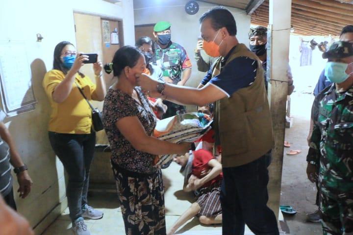 SEKDA Bali, Dewa Indra menyerahkan bantuan sembako kepada keluarga difabel di Klungkung. Foto: ist