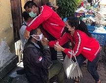 KETUA Fraksi PDIP Gianyar, Ketut Sudarsana, dan Sekretaris Fraksi DPRD Gianyar, Ni Made Ratnadi, membagikan masker. Foto: adi