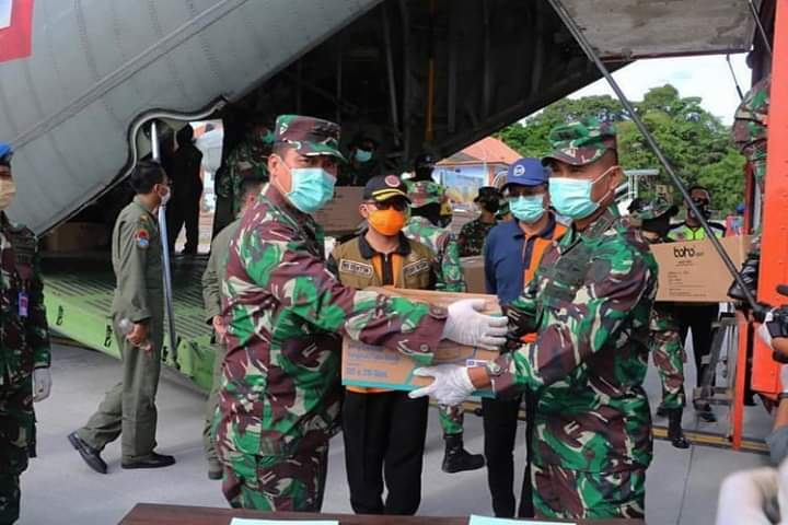 RIBUAN alat pelindung diri (APD) berupa set baju pelindung dan masker bantuan dari pemerintah pusat untuk wilayah Bali kembali tiba di Base Ops Lanud I Gusti Ngurah Rai, Sabtu (11/4/2020). Foto: ist
