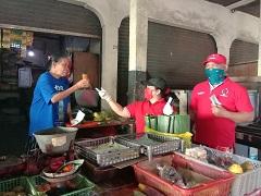 KADER PDIP membagikan masker, hand sanitizer hingga jamu kepada para pedagang di pasar adat Kelurahan Sesetan, Minggu (12/4/2020). Foto: ist