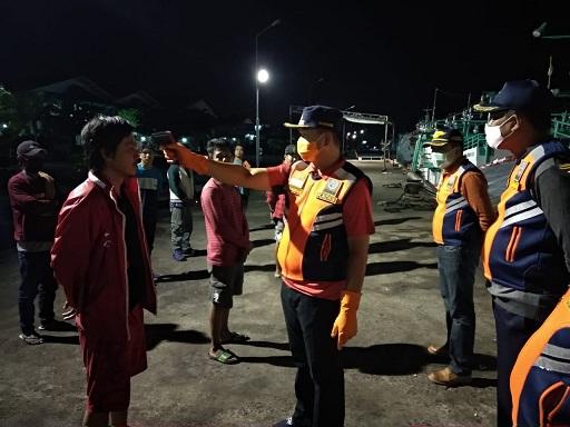 SUASANA pemeriksaan 15 Calon ABK di kawasan Pelabuhan Benoa Denpasar, Senin (13/4/2020). Foto: ist