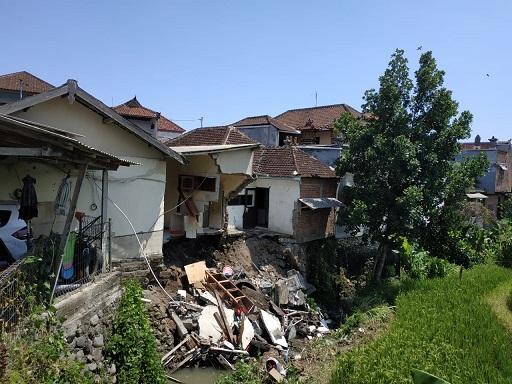 PUING reruntuhan rumah nomor 064 dan 066 masih berada di dasar sungai. Foto: nas