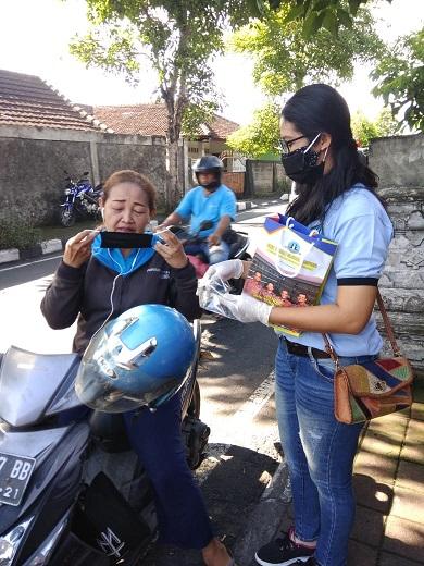 SMK TI Bali Global Badung membagikan masker secara gratis kepada pengendaran atau masyarakat yang melintasi di Jalan Panji, jalur Dalung - Sempidi - Dalung - Kebo Iwa, pada Kamis (16/04/2020) pagi. Foto: ist