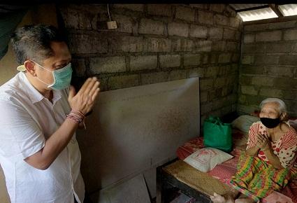 WALIKOTA Denpasar, IB Rai Dharmawijaya Mantra menyerahkan paket sembako kepada lansia di Desa Sumerta Klod, Jumat (17/4/2020). Foto: ist