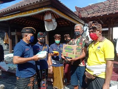 PENYERAHAN bantuan sembako kepada krama Pura Ibu Subudi di Banjar Tagtag Tengah, Peguyangan, Denpasar, Sabtu (18/4/2020). Foto: alt