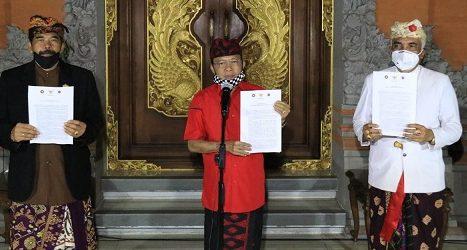 GUBERNUR Koster didampingi Ketua PHDI Bali, I Gusti Ngurah Sudiana dan Bendesa Agung MDA Bali, Ida Panglingsir Agung Putra Sukahet saat mengumumkan seruan bersama. Foto: ist