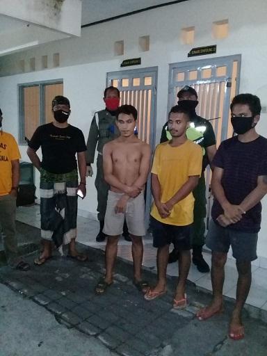 EMPAT orang yang tidak mengindahkan imbauan pemerintah terkait pencegahan Covid-19 langsung digiring ke Kantor Satpol PP Kota Denpasar, Sabtu (18/4). Foto: ist