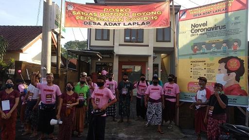 SATGAS Gotong Royong Pencegahan Covid-19 Desa Adat Laplap, Minggu (19/4/2020), membagikan cairan disinfektan gratis kepada masing-masing krama adat. Foto: ist
