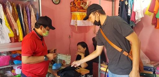 DUA legislator PDIP asal Desa Lebih, Anak Agung Wira Mantara dan Wayan Gede Pradnyana, mengecek pembuatan masker di salah satu penjahit di Desa Lebih. Foto: adi