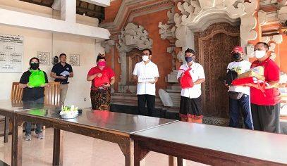 WAKIL Walikota Denpasar, IGN Jaya Negara, kepada warga Kelurahan Tonja, Minggu (19/4/2020) bertempat di Banjar Sengguan Tonja. Foto: ist