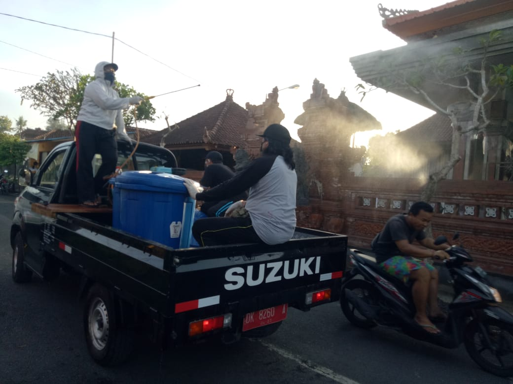 SATGAS Penanggulangan Covid-19 Desa Penatih Dangin Puri (Dangri), Denpasar Timur, kembali melakukan penyemprotan disinfektan, Minggu (19/4/2020). Foto: tra