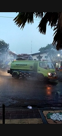 PENYEMPROTAN massal disinfektan di Kelurahan Tonja, Denpasar Utara, pada Senin (20/4/2020) dan Selasa (21/4/2020). Foto: ist