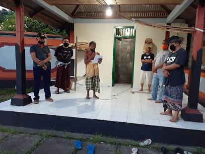 PRAJURU Desa Adat Bungaya saat menyampaikan hasil keputusan terkait upacara peneduh gumi. Foto: ist