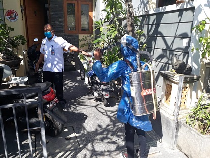 KEPALA BNN Kota Denpasar AKBP Hagnyono beserta anggota Satgas Pencegahan Covid-19 melakukan penyemprotan disinfektan ke rumah warga di Perum Umala Regency, Desa Pemogan, Denpasar Selatan, Selasa (21/4/2020). Foto: ist