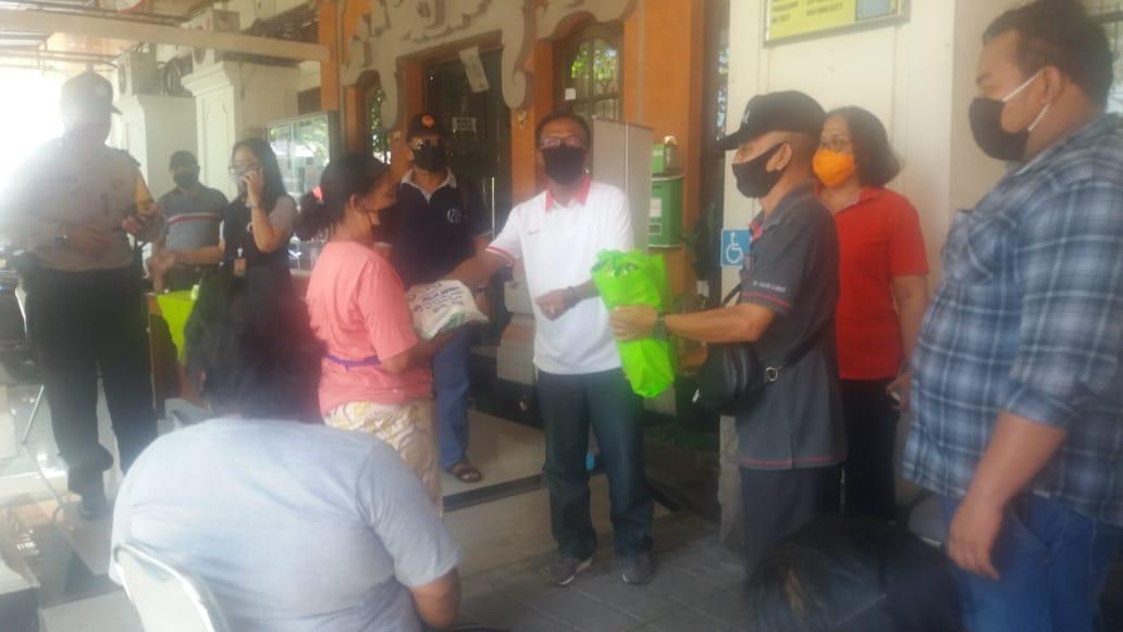 PENYERAHAN bantuan sembako kepada keluarga kurang mampu dan terdampak Covid-19 di wilayah Kelurahan Padangsambian, Kamis (23/4/2020).