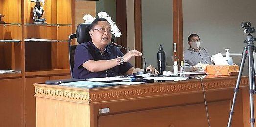 WALIKOTA Denpasar, IB Rai Dharmawijaya Mantra saat mengikuti seminar regional FEB Universitas Udayana melalui media telekonferensi dari Graha Sewaka Dharma, Kota Denpasar, Sabtu (25/4/2020). Foto:ist