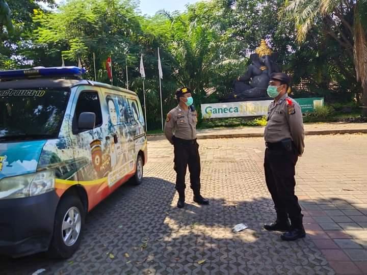 PERSONEL Direktorat Pengamanan Objek Vital (Dit Pamobvit) Polda Bali yang terlibat dalam Satgas II Preventif Pamobvit Ops Ketupat Agung 2020 menyambangi objek wisata Desa Budaya Kertalangu, Selasa (28/4/2020). Foto: ist
