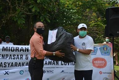 PENYERAHAN bantuan APD dari para pekerja migran Indonesia (PMI) asal Denpasar kepada Gugus Tugas Penanggulangan Covid-19, Selasa (28/4/2020). Foto: ist