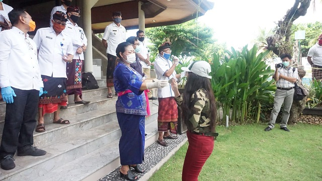 BUPATI Mas Sumatri memberikan vitamin kepada PMI yang telah menyelesaikan masa karantina dan diizinkan pulang ke rumahnya. Foto: ist