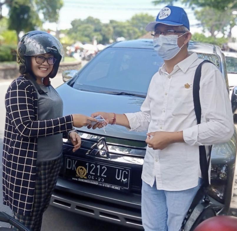 """IGK Kresna Budi saat membagi-bagikan masker kepada masyarakat. Foto""""ist"""