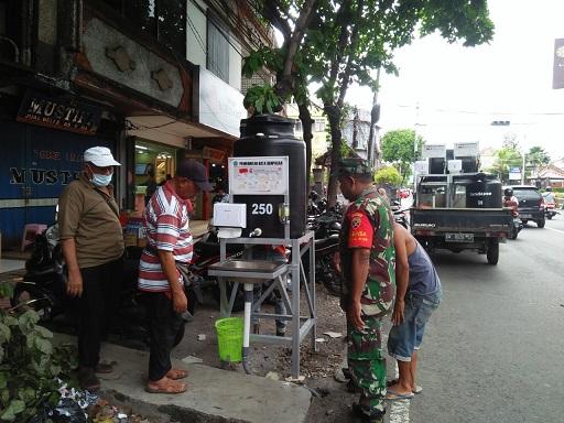 PEMBUATAN hand wastafel di kawasan Jalan Hasanudin Denpasar yang merupakan sinergi Pemkot Denpasar bersama stakeholder swasta. Foto: istimewa