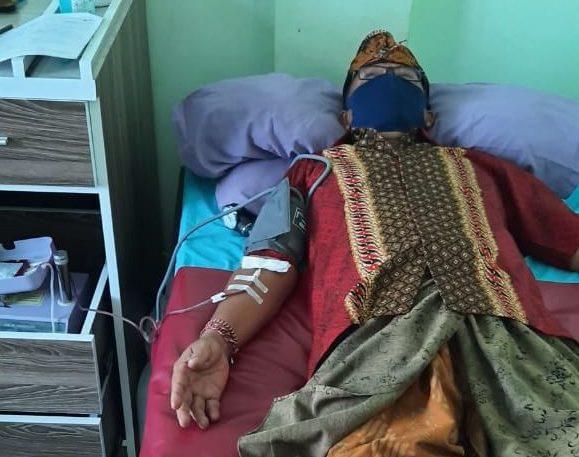 COKORDA Gede Agung saat terbaring di ruang medis untuk donor darah, Kamis (23/4/2020). Gegara foto ini dia disangka opname. Foto: Ist