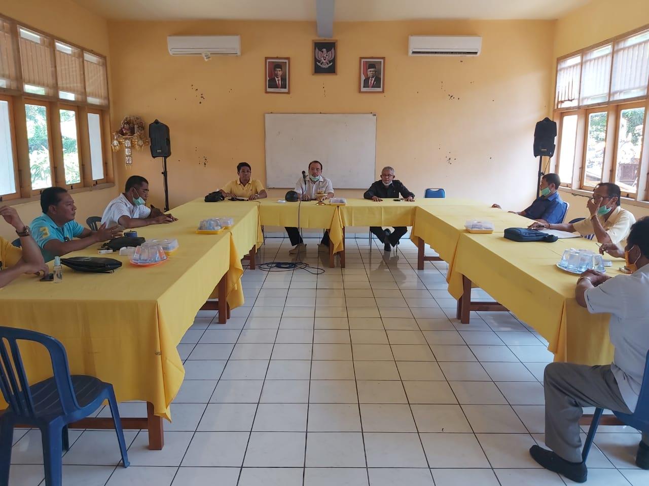 SUGAWA Korry saat memimpin pertemuan dengan DPD Partai Golkar Buleleng terkait penanganan Covid-19, Selasa (21/4/2020). Foto: Ist